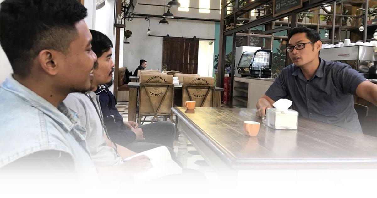 Meeting dengan kolega bisnismu di kafe